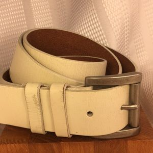 White leather belt hardly worn, great find!
